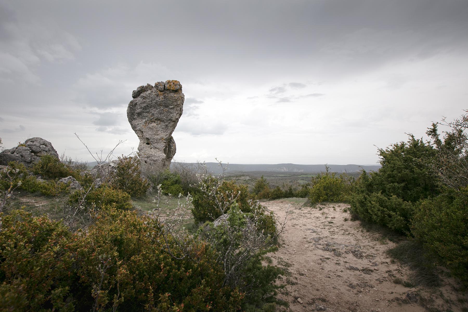 Rocher en forme de pied dans l'Aveyron